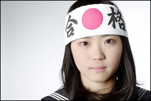合格鉢巻をした女子高生の画像