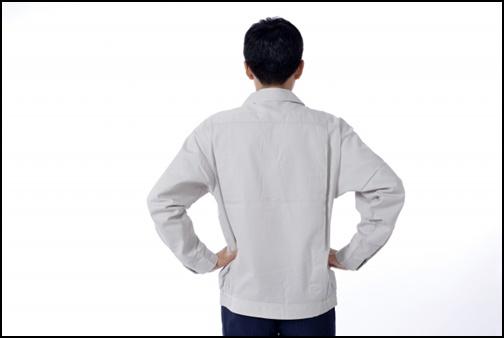 男性の後ろ姿の画像