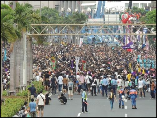 那覇大綱挽に訪れる観客の画像