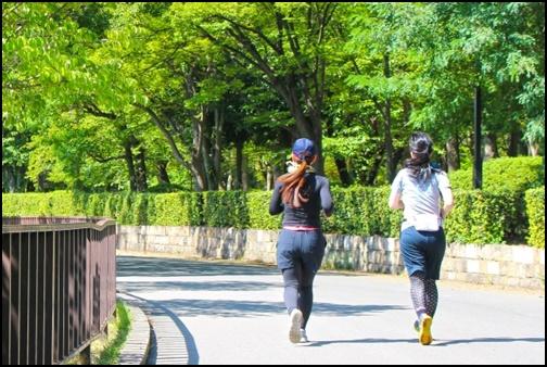 マラソンをする女性の画像