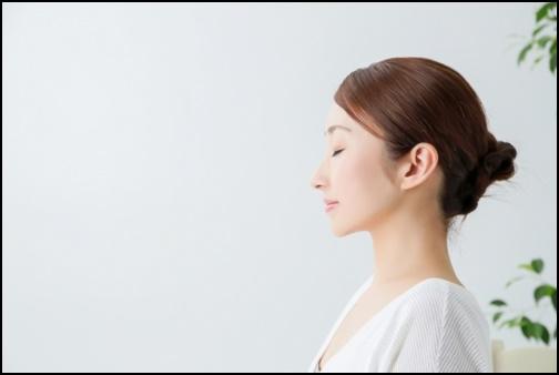 瞑想する女性の画像
