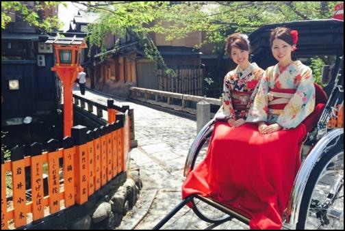 京都で人力車に乗る着物を着た女性の画像