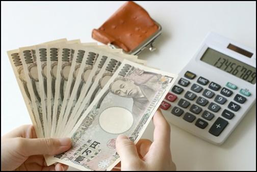 一万円札を数えている画像