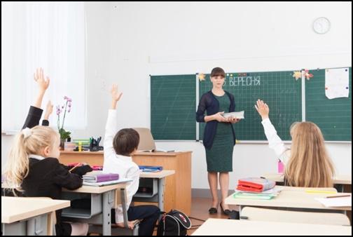 外国人の小学生が手を上げている授業の画像