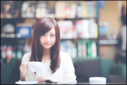 カフェでお茶している女性の画像