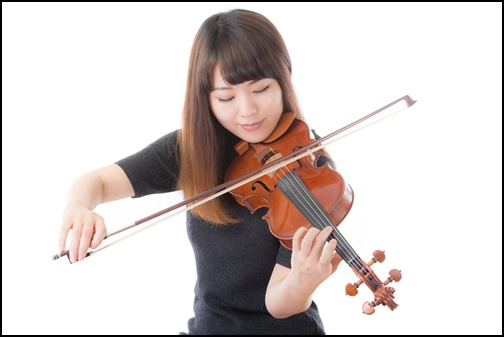 バイオリンを弾く女性の画像