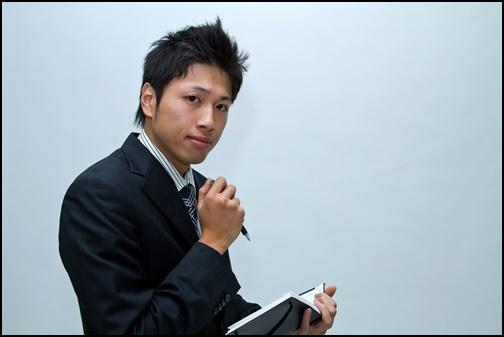 スケージュール管理する男性の画像