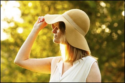 大きな帽子をかぶっている女性の画像