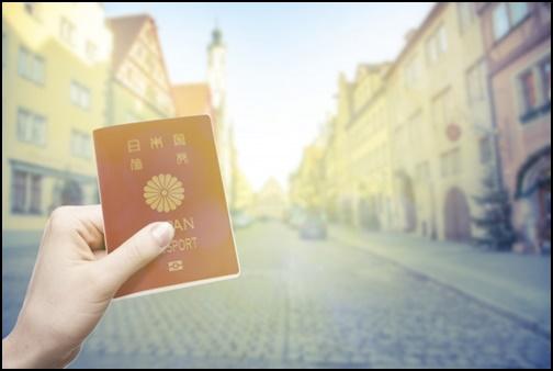パスポートと海外の街の画像