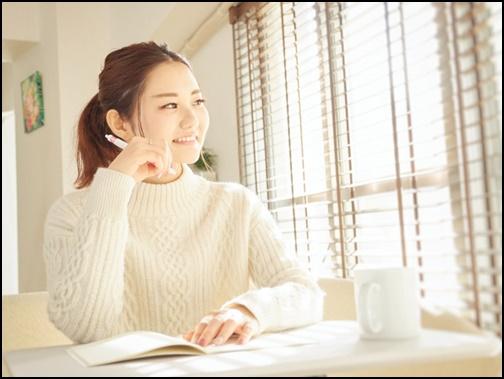 勉強している女性の画像