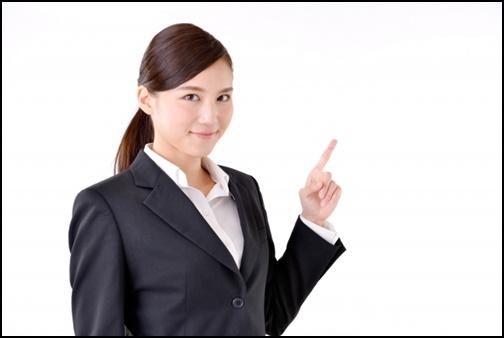 指差しして案内している女性の画像