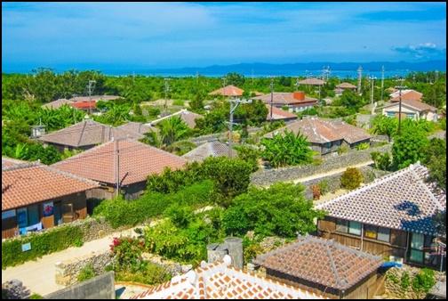 沖縄の赤屋根集落の画像
