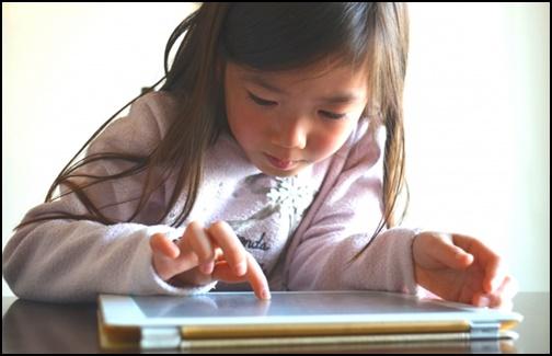 タブレット学習をしている女の子の画像