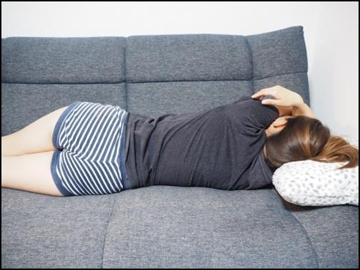 ソファで寝る女性の画像