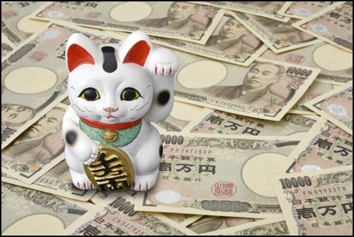 お金と招き猫の画像