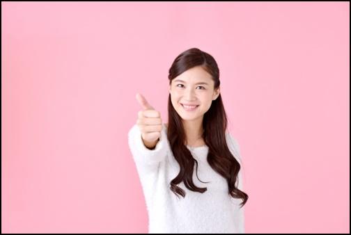 グーのマークをする女性の画像