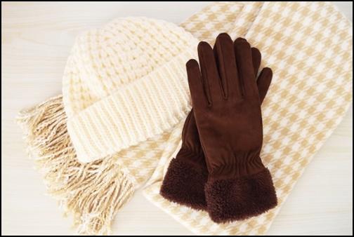 マフラーと手袋と二ット棒の画像
