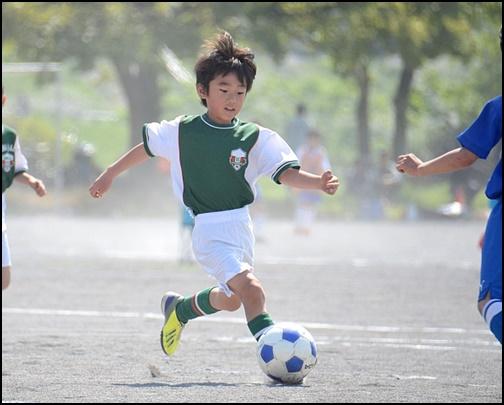 サッカーをする小学生の画像