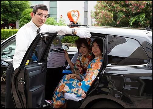 タクシーに着物姿の女性が乗車している画像