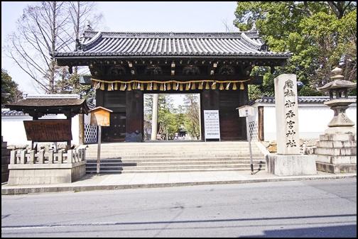 御香宮神社の正門の画像