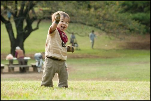 公園を歩く子供の画像