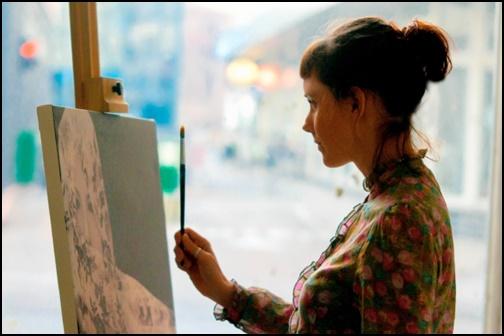 絵を描く女性の画像
