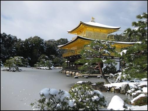 雪化粧された金閣寺の画像