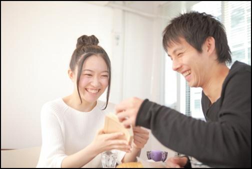 カフェでお茶するカップル画像