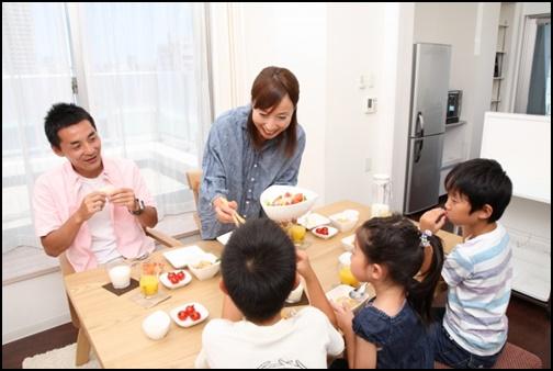 家族と食事している画像
