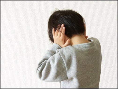 耳をふさぐ男の子の画像