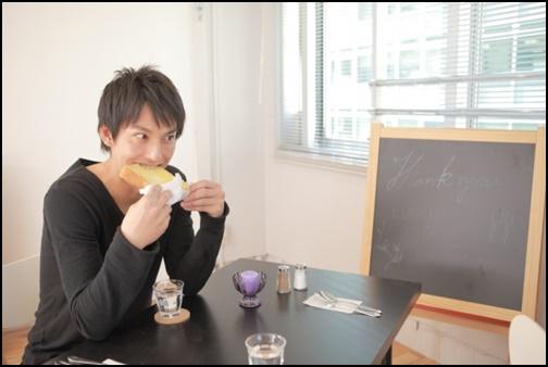 パンを食べる男性の画像