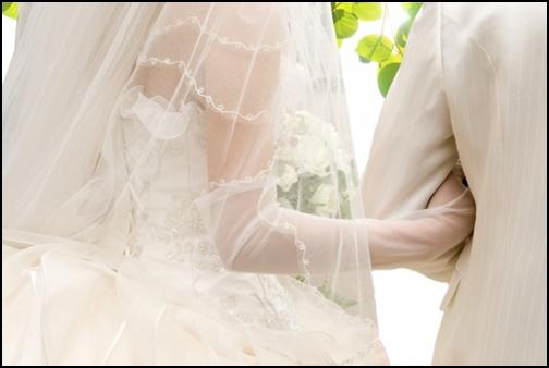ウエディングドレス姿のカップル画像