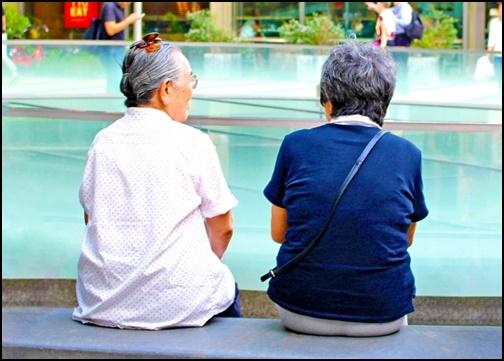 女性老人2名の画像