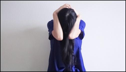 嫉妬に悩む女性の画像