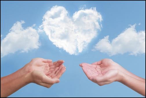 ハート型の雲を手のひらで支える画像