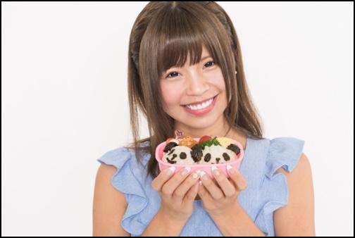 お弁当を出す女性の画像