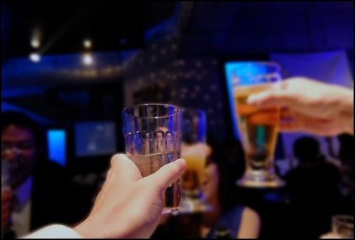 バーで乾杯画像