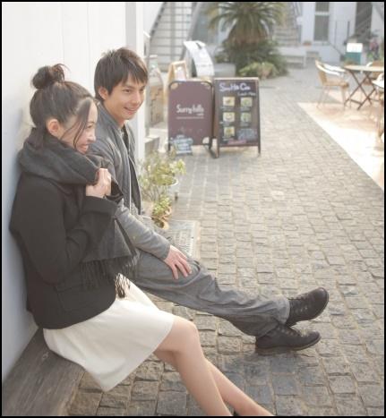 外で会話するカップルの画像