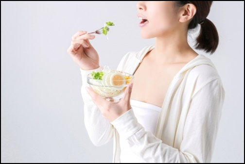 サラダダイエットをする女性の画像
