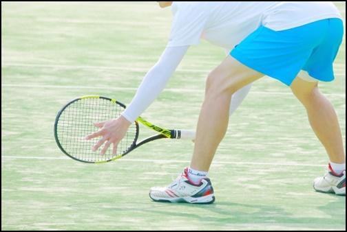 テニスをする画像