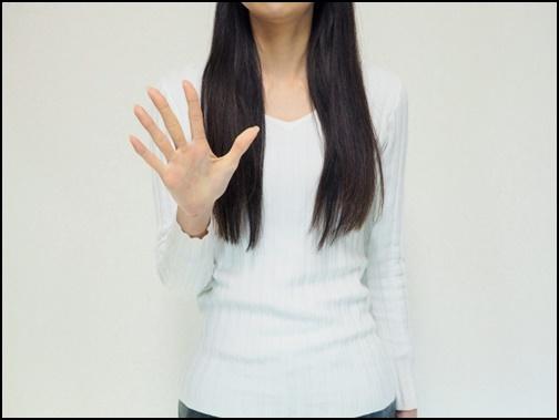 手を広げて見せる女性の画像