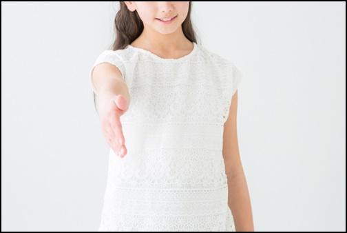 握手する為に手を差し出す少女の画像