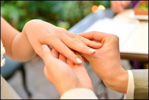 結婚式の指輪交換の画像