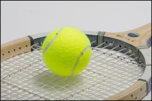 テニスラケットとボールの画像