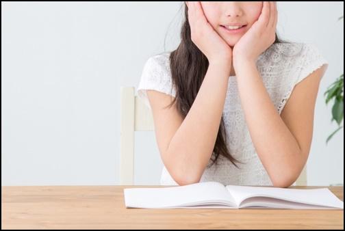 勉強する女性の画像