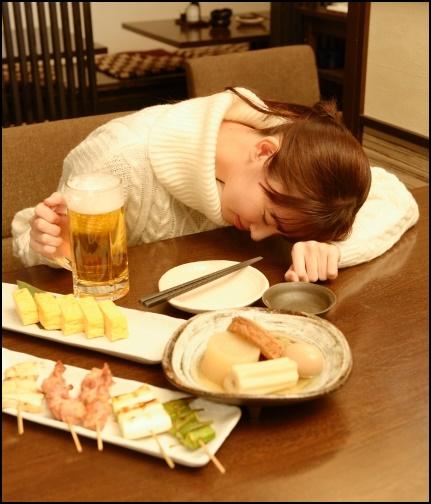 酔って寝ている女性の画像