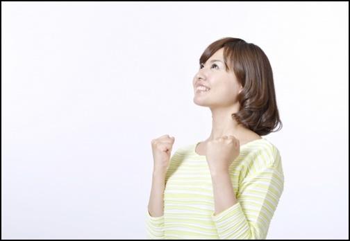 ガッツポーズする女性の画像