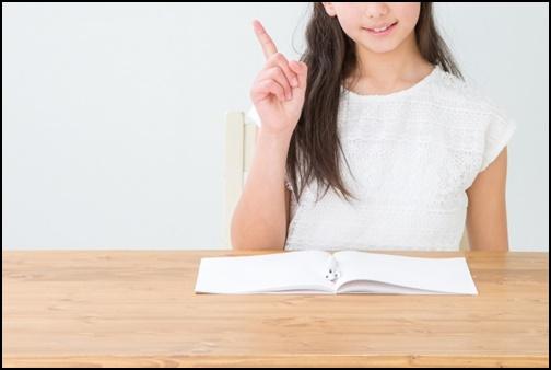 勉強・指差しする女性の画像