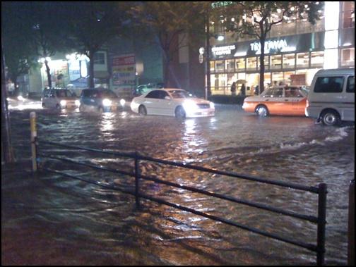 台風で道路が冠水している画像