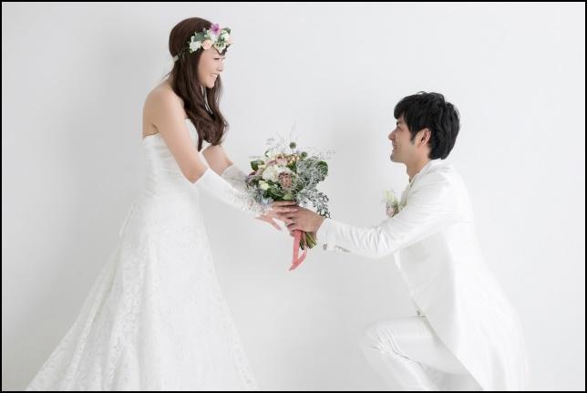プロポーズする男性の画像